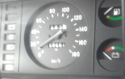Правая часть приборной панели ВАЗ-2107: спидометр; топливный датчик; уровень заряда АКБ